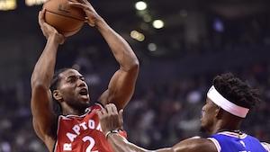 Kawhi Leonard des Raptors devant Jimmy Butler des 76ers