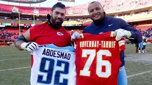Laurent Duvernay-Tardif et Mehdi Abdesmad s'échangent leurs chandails après le match Titans-Chiefs.