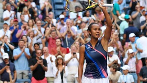 Leylah Annie Fernandez lève la raquette pour saluer la foule.