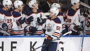 Mark Letestu des Oilers reçoit les félicitations de ses coéquipiers après avoir inscrit son deuxième but du match face aux Flames lors d'un match préparatoire, présenté à Edmonton