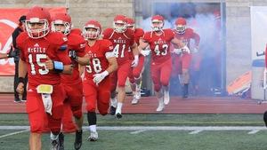 Les joueurs des Redmen de l'Université McGill embarquent sur le terrain du PEPS de l'Université Laval avant de se mesurer au Rouge et Or.