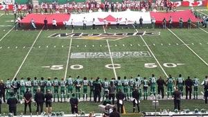 Les joueurs des Roughriders de la Saskatchewan se sont tenus bras dessus, bras dessous durant l'hymne national lors du match contre les Stampeders de Calgary.