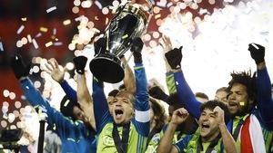 Osvaldo Alonso soulève la coupe MLS et les Sounders de Seattle célèbrent leur premier championnat au BMO Field de Toronto.
