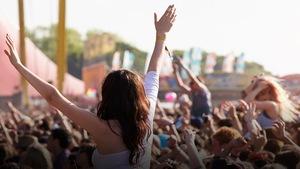 Une foule dans un festival de musique.
