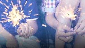 Deux enfants tiennent des bougies dans leurs mains pour célébrer la Saint-Jean-Baptiste