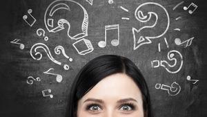 Yeux d'une jeune femme entourés de points d'interrogation et de notes de musique