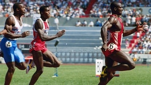 Ben Johnson domine le 100 mètres contre Carl Lewis et Linford Christie.
