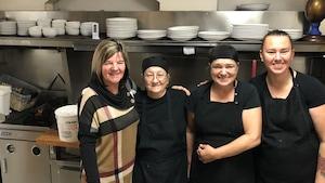 Portrait de Sandra Blais et son équipe de cuisinières