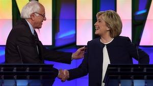 Les candidats démocrates à la présidence américaine Bernie Sanders et Hillary Clinton se serrent la main lors d'un débat à Las Vegas le 13 octobre 2015.