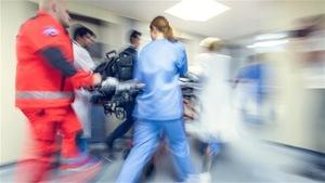 Une équipe des urgences transporte un patient sur une civière.