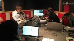 Andrew Saxton et Marie Villeneuve sont devant leur micro et échangent.