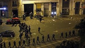 Une foule de policiers devant le Bataclan après l'attentat du 13 novembre 2015 à Paris.