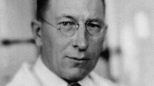 Une photo d'archives (1930) du médecin ontarien Frédérick Banting habillé d'une chemise et d'un sarrau.