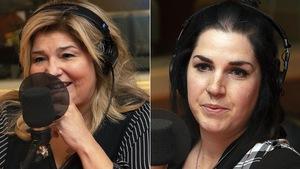 Une femme sourit devant un micro, une autre est sérieuse.