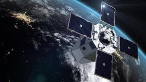 Un satellite se trouve dans l'espace au-dessus de la Terre.