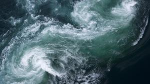 Un cours d'eau est animé par des remous.