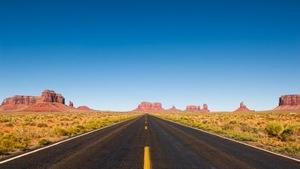 Une route entourée de rochers dans le désert.