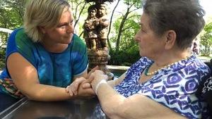 La journaliste de Radio-Canada Estrie, Brigitte Marcoux en compagnie de sa mère atteinte de la maladie d'Alzheimer
