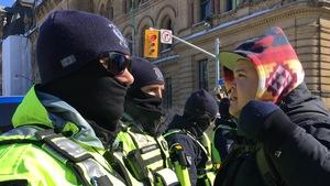 Un policier avec un participant de la contre-manifestation
