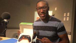 Le chroniqueur techno et jeux vidéo Carl-Edwin Michel présente sa manette X Box personnalisée