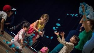 des enfants s'amusent avec des poissons en papier qui volent