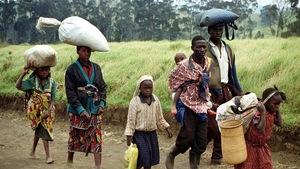 Une famille congolaise fuit après une attaque.