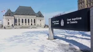 L'édifice imposant de la Cour Suprême, l'hiver