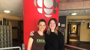 Dana Smith et Micheline Marchildon, humoristes manitobaines sont dans les locaux de Radio-Canada Manitoba.