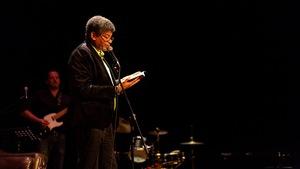Stanley Péan lit des extraits d'un livre au Festival international de littérature.