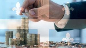 Une main ajoutant des pièces de monnaie sur des pilles de monnaie de 1$ sur un fond de drapeau du Québec.