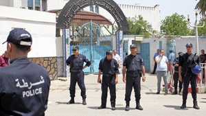 Des policiers gardent l'entrée de la prison d'El Harrach en Algérie.