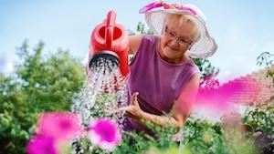 Une femme jardine.