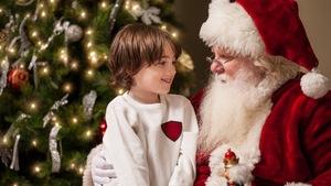 Un enfant sourit au père Noël.