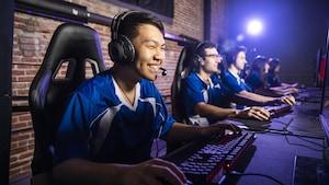 Des jeunes jouent en réseau à un jeu vidéo.
