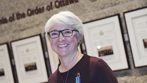 Un femme pose après avoir reçu l'Ordre du Canada