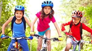 Des enfants en vélo