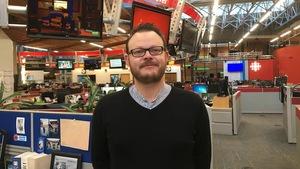 Un homme est photographié dans la salle de nouvelles de Radio-Canada, à Vancouver.
