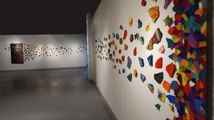 Des pièces de tapisserie accrochées au mur