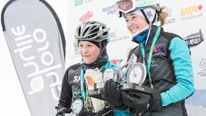 La championne de l'édition 2019 de la traversée du lac St-Jean à vélo, Laurence Lévesque reçoit son trophée.