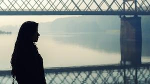 La silhouette d'une jeune femme en réflexion