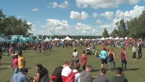 Une journée ensoleillée au Festival du Patrimoine d'Edmonton.