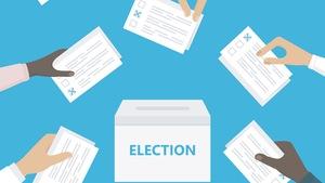Personnes détenant des bulletins de vote dans leurs mains et leur mise en boîte.