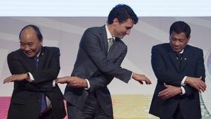 Le premier ministre canadien Justin Trudeau serre la main au premier ministre vietnamien Nguyen Xuan Phuc et au président philippin Rodrigo à Manille aux Philippines, le 14 novembre 2017.