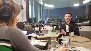 Le réalisateur discute avec l'animatrice Jhade Montpetit.