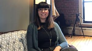 Gianna Lalonde, assise sur un sofa.