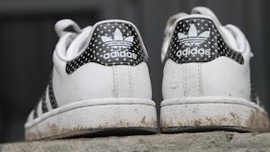 Des chaussures de marque Adidas.