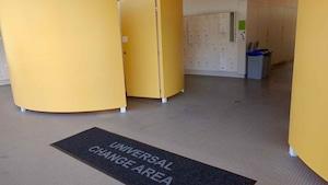 Un vestiaire universel du centre aquatique Grandview à Surrey, en Colombie-Britannique.