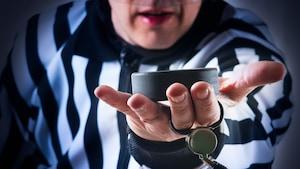 Un arbitre présente une rondelle de hockey