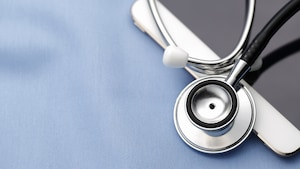 Un stéthoscope posé sur un iPad