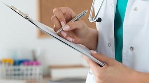 Une infirmière praticienne spécialisée prend des notes.